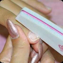 A körmöt mattítjuk a rózsaszín közepű homokolt porcelán finomító finomabb (#180) felével, hogy a köröm fényét eltávolítsuk.