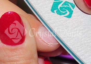 Crystal Nails 180-as finom reszelővel alaposan mattítom a köröm felületét, ügyelve a sáncokra is.