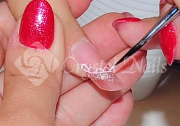 Crystal Nails P-s ecsettel és fehét akrilfestékkel csipkemintát festek a körömre.