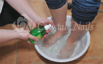 A kezelés megkezdése előtt fertőtlenítőszeres lábmosás történik.