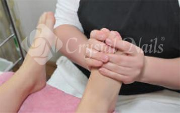 A kezelés végén a bőrfelület ápolása speciális krémekkel.
