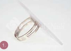 Megépítem a gyűrű alapformáját, majd clear porcelán porral ráragasztom a gyűrűre.