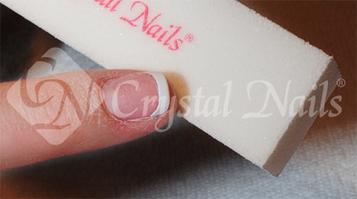 Fehér bufferral mattítom a Manicure Tip felszínét, hogy a zselé megfelelően tapadjon rajta.