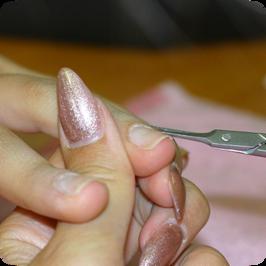 A kiálló bőrszálakat fecskefarkú bőrvágó ollóval levágjuk.